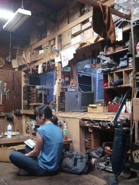 飯島さんの工房内。靴を脱ぐ工房って何だかイイ感じです。