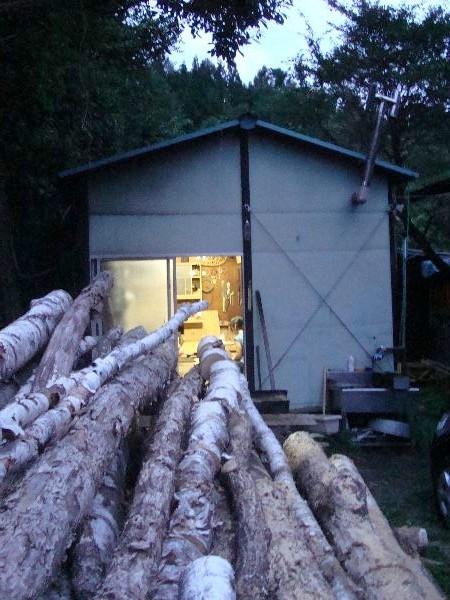 工房の外から。冬用の薪が山積みです。