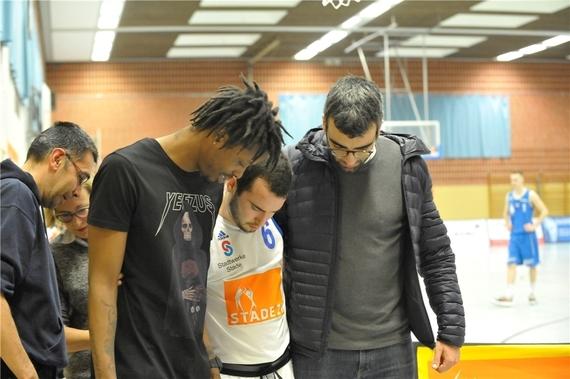 Januar 2019: Iturria wird von seinen verletzten Mitspielern Reco McCarter (links) und Oscar Andres gestützt.