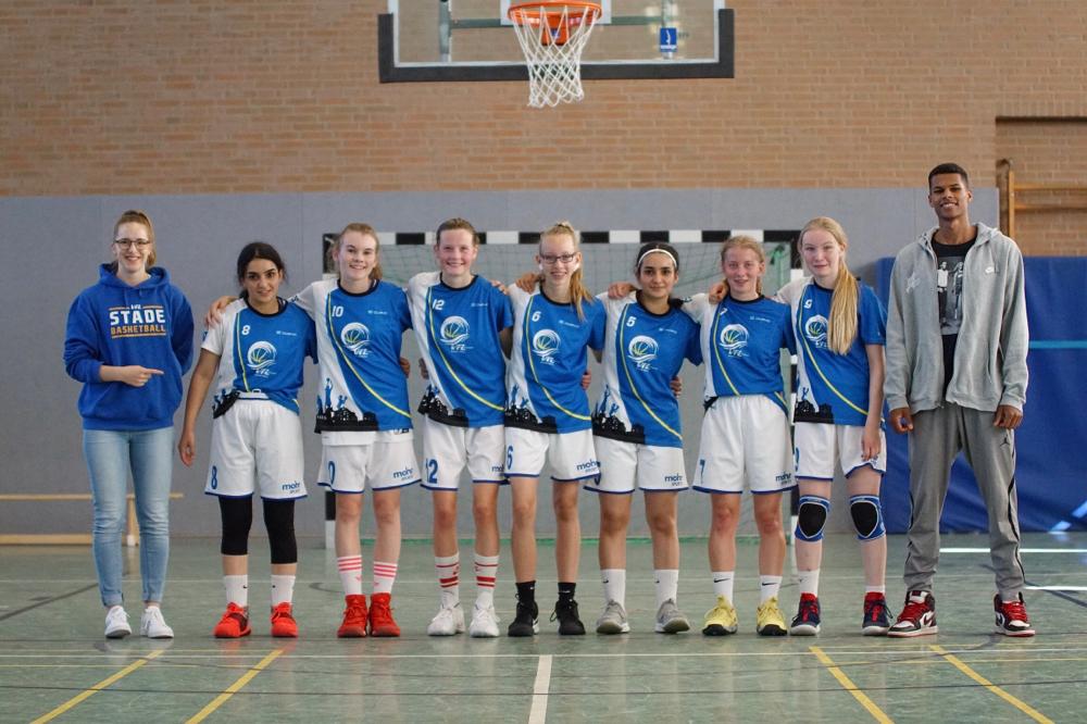 Legten einen gelungenen Saisonstart hin: Die U16-Landesliga-Mädchen und ihre Coaches. (Foto: Fromme)