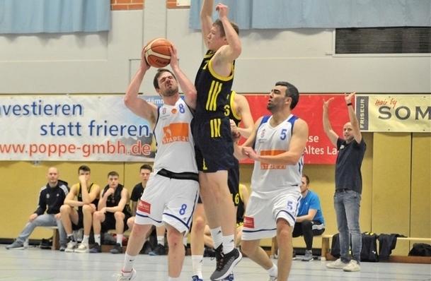 Janis Stielow (links) im Duell mit Albas Lias Lüneburg. Obwohl Stielow nicht seinen besten Tag erwischte, erzielte er 22 Punkte. (Foto: Borchers)