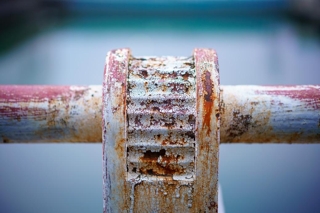 川崎河口水門の錆びた手すり