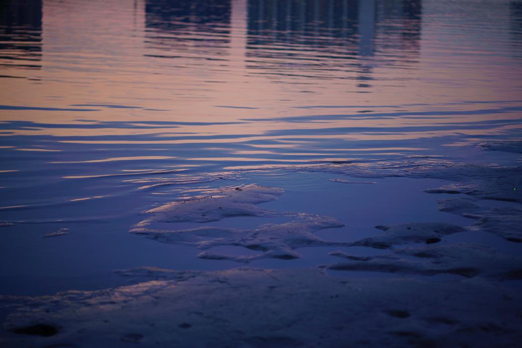 水面に映る夕空