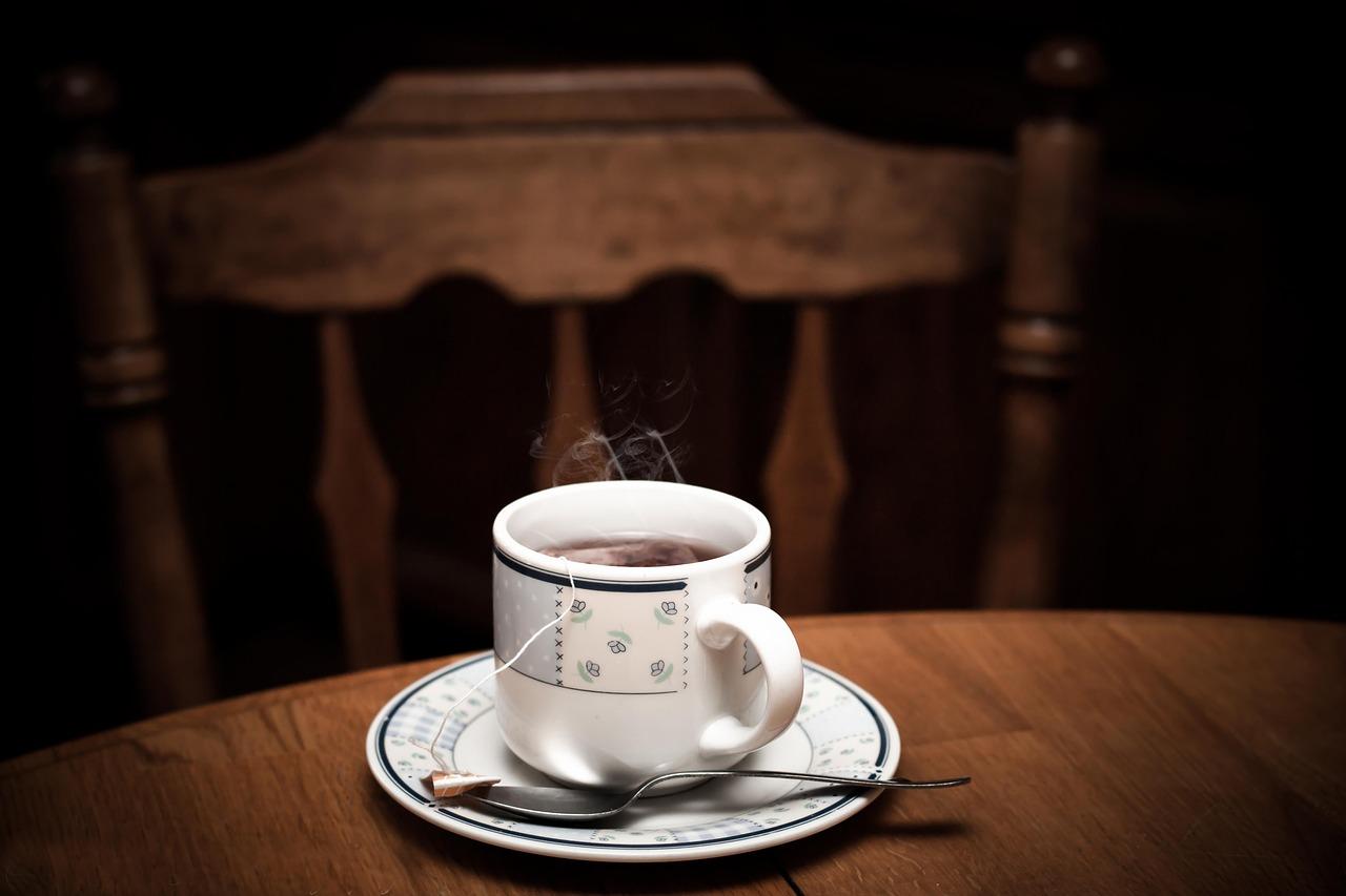 3. Lang lebe der Wasserkocher! Wasser erhitzt er für uns schneller und stromsparender als der Topf. Dasselbe gilt für die Kaffeemaschine. Wenn du die Geräte regelmäßig von Kalk befreist, verlängerst du zudem ihre Lebensdauer.