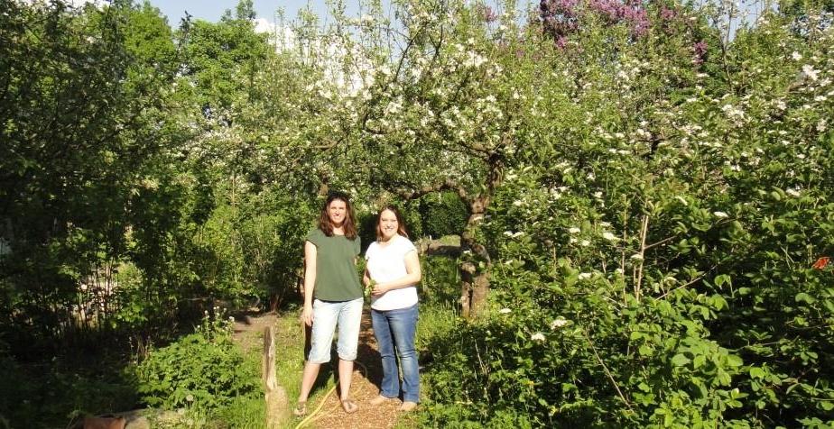 Kirsten Gulau (STADTNATURENTWICKLUNG, rechts) und Kathrin Doil (S.O.F.) im Stadtteilgarten Hamm