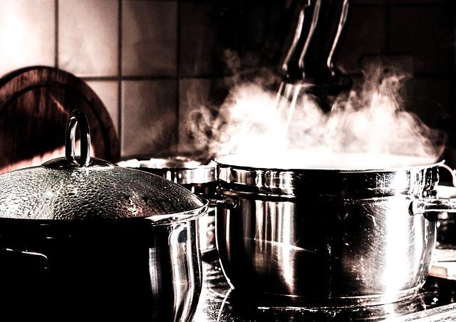 1. Stromsparen geht so simpel: Mit dem Griff zum Topfdeckel. Mit Deckel kochen spart ein Drittel Energie ein. Bei fünfmaliger Nutzung pro Woche kannst du bis zu 46 Euro und 100 Kilo Kohlendioxid im Jahr sparen.