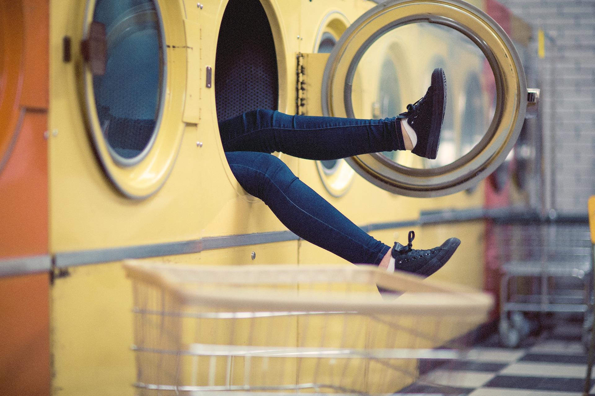6. Wasser und Strom sparen auf Knopfdruck: Sparprogramme und Waschgänge bei 30 Grad genügen normal verschmutzter Wäsche vollkommen. Und das ohne Vorwäsche. Die Maschine immer voll zu beladen, senkt die Anzahl der Waschladungen.