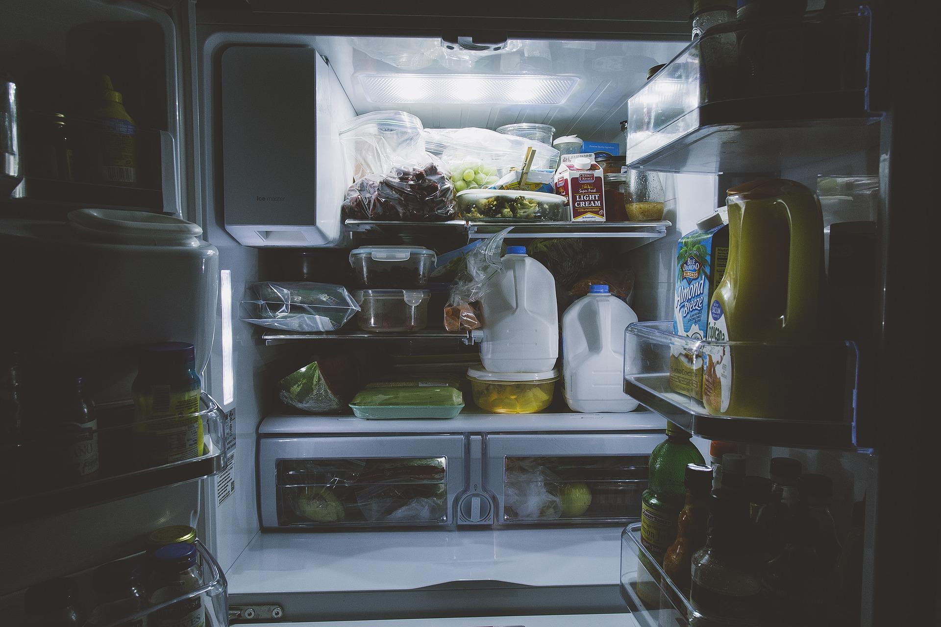 8. Wenn alte Haushaltsgeräte ausgedient haben, lohnt sich ein Griff zur hohen Effizienzklasse A+++. Übrigens verbraucht ein Kühlschrank für jedes Grad mehr Temperatur, gleich vier Prozent mehr Strom. Eine Temperatur von 7°C hält alle Lebensmittel frisch.