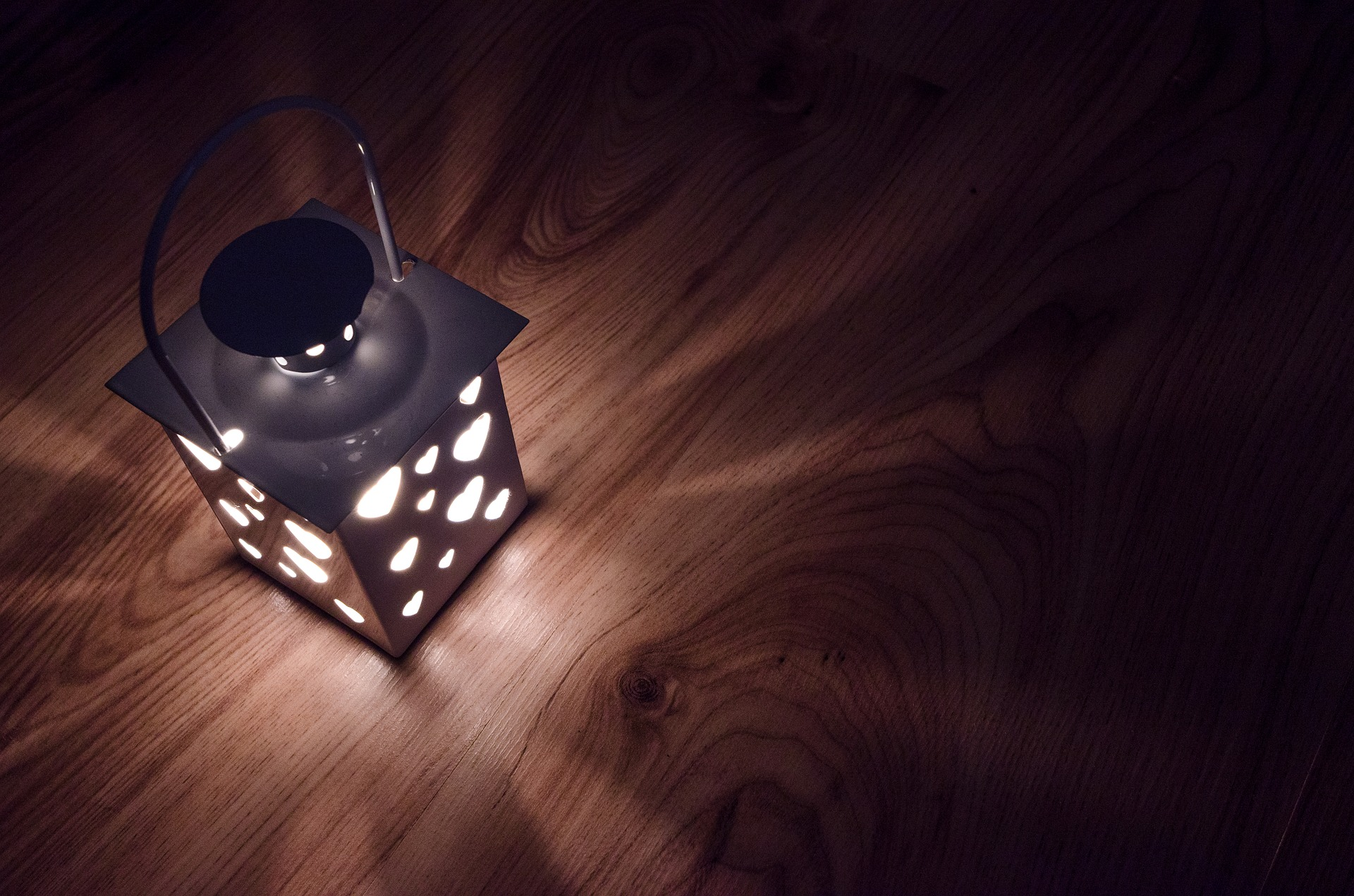 7. Lichter aus - wenn sie nicht gebraucht werden. Obwohl LEDs im Vergleich zu normalen Glühbirnen teurer sind, rechnet sich das schnell, denn sie benötigen nur 20% ihrer Energie. Entgegen aller Gerüchte sind LEDs auch in warmer Lichtfarbe erhältlich.