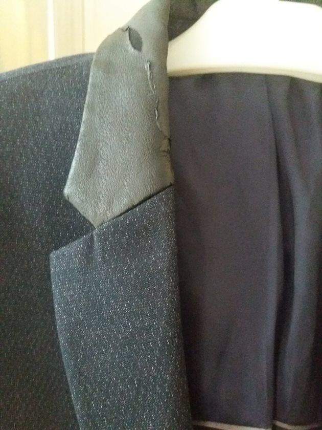 Col veston en simili cuir abimé