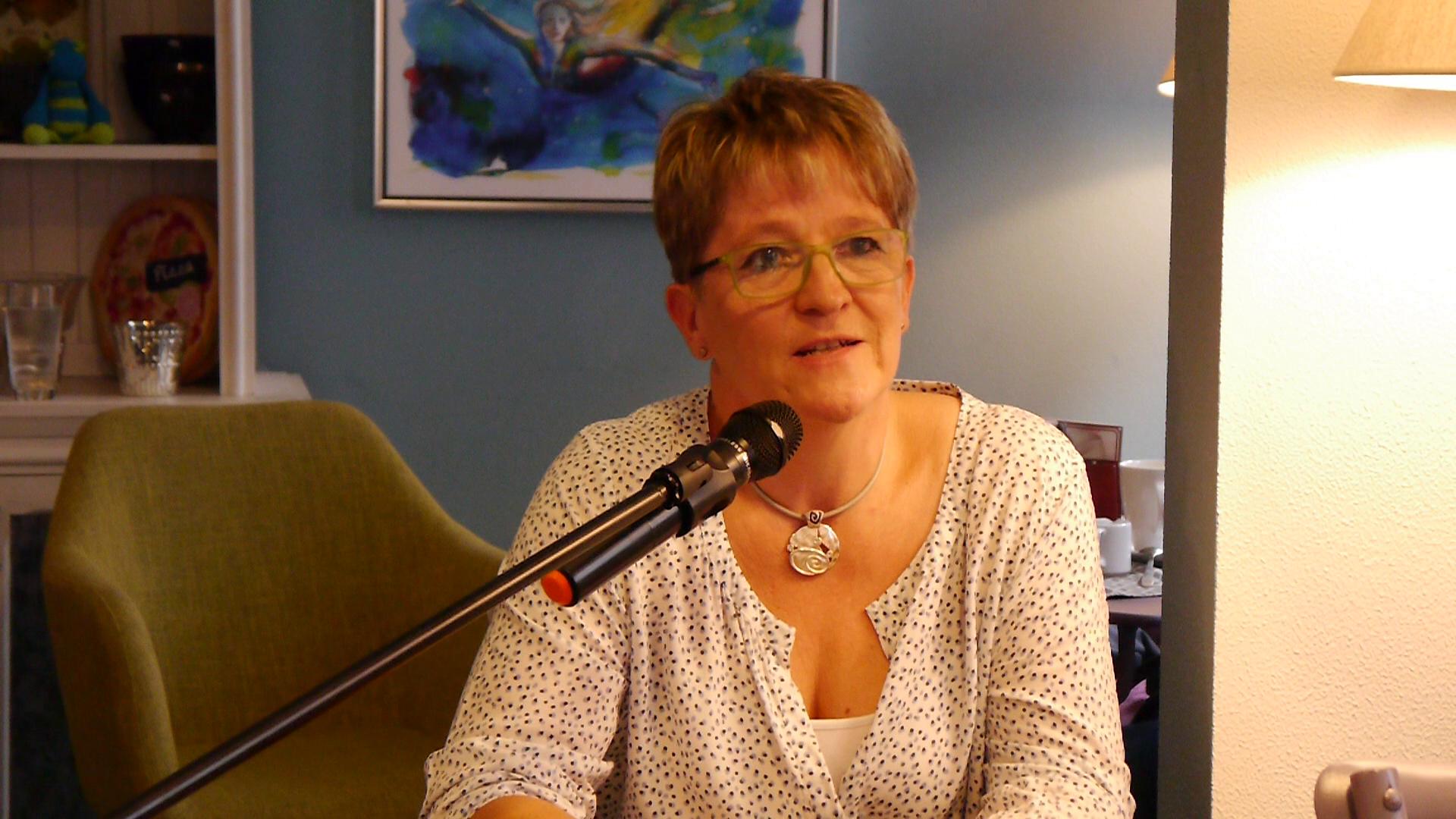 """Susanne Horn, las unter anderem  aus den Geschichten """"Brief an mein jugendliches ICH"""" und """"Ein Single und die Liebe zum Meer"""""""