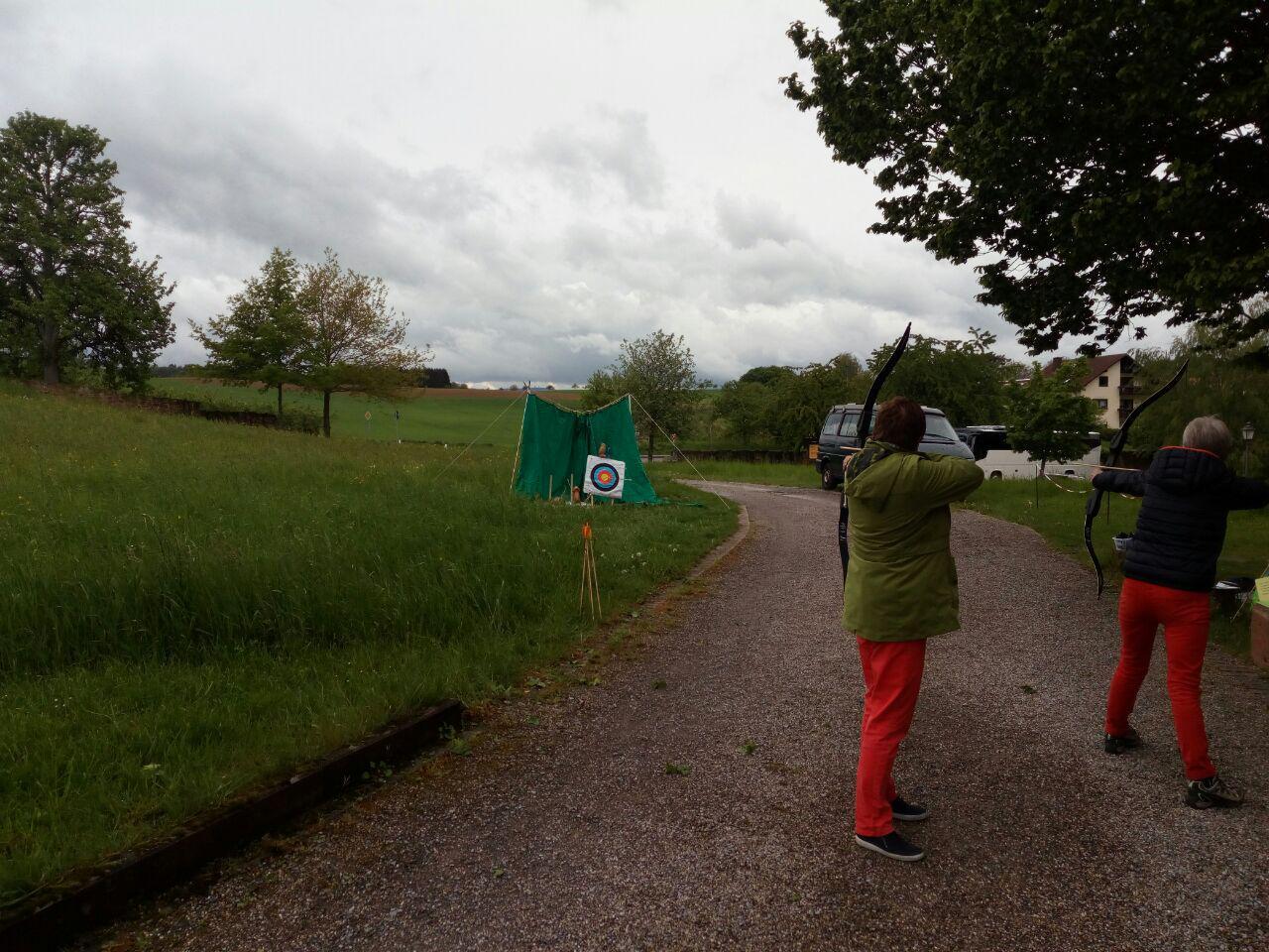 Wettertrotzende Bogenschützen am Kloster Lobenfeld. (Mai)