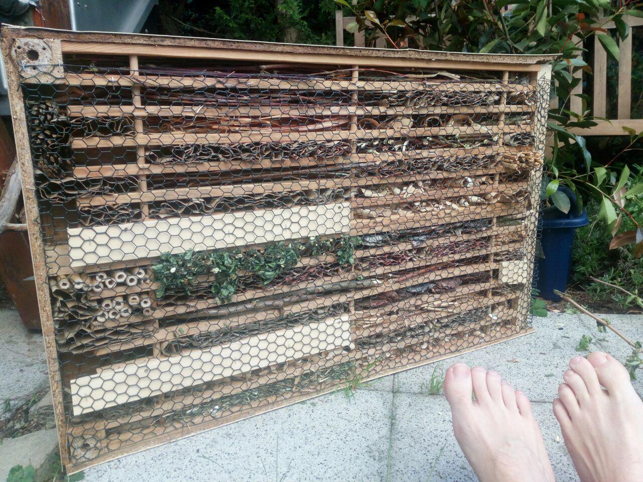 Upcycle-Insektenhotel aus einem Couchtisch und Schuhregal von Ikea. (April)