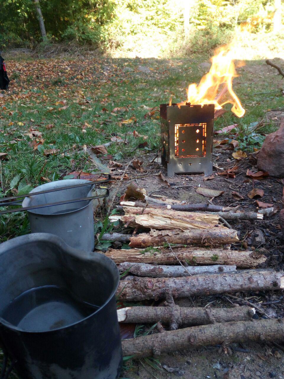 Frühstückspause an einer Feuerstelle.