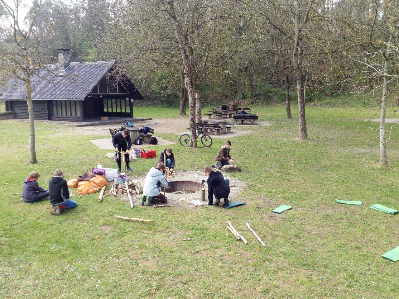 Jungs Bushcrafter an der Grillhütte Oftersheim. (April)