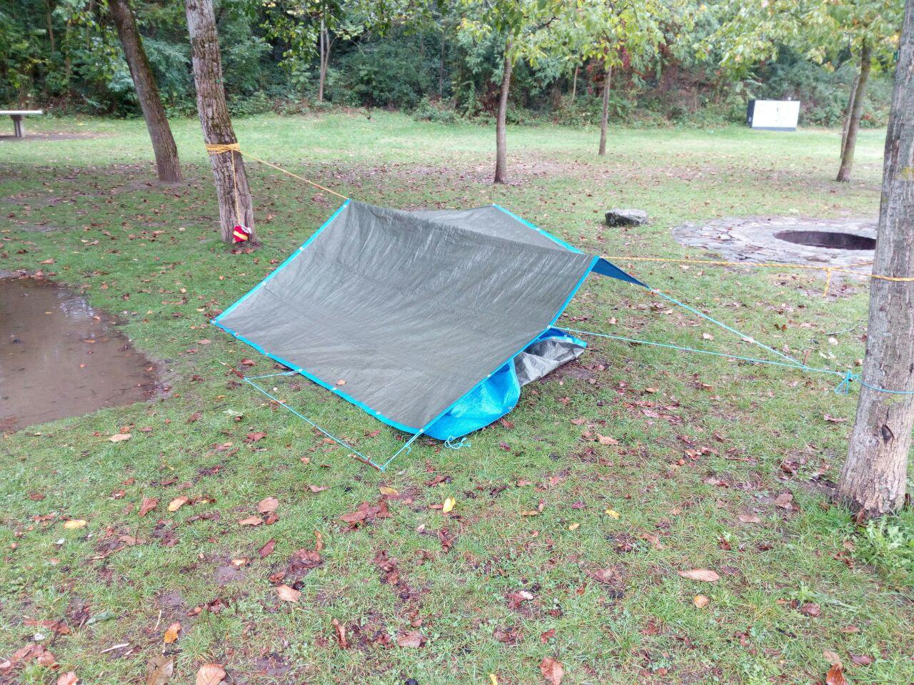 Shelter nahe der Feuerstelle, um zumindest Essen und Zunder trocken zu halten.
