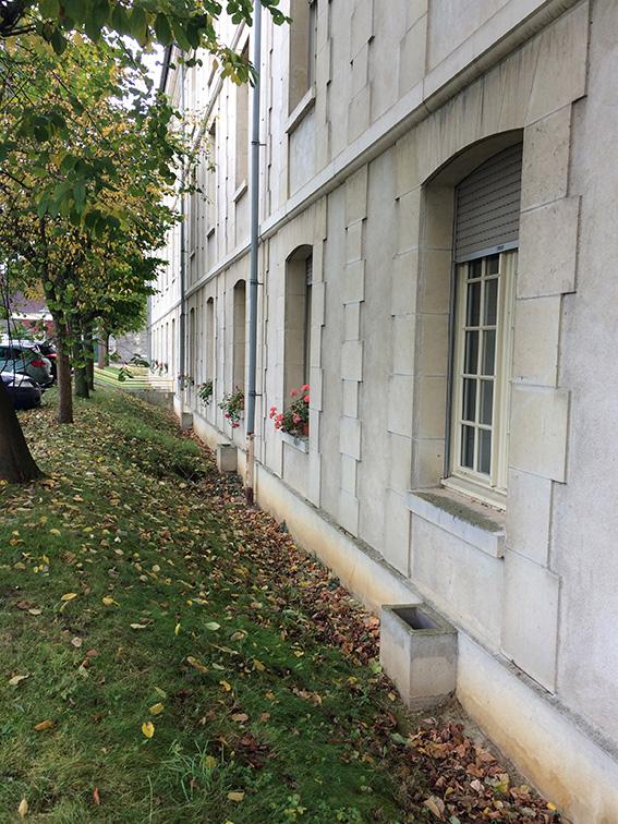 Avant-projet - L'arrière du bâtiment : espace ingrat entre le parking et les fenêtres des chambres