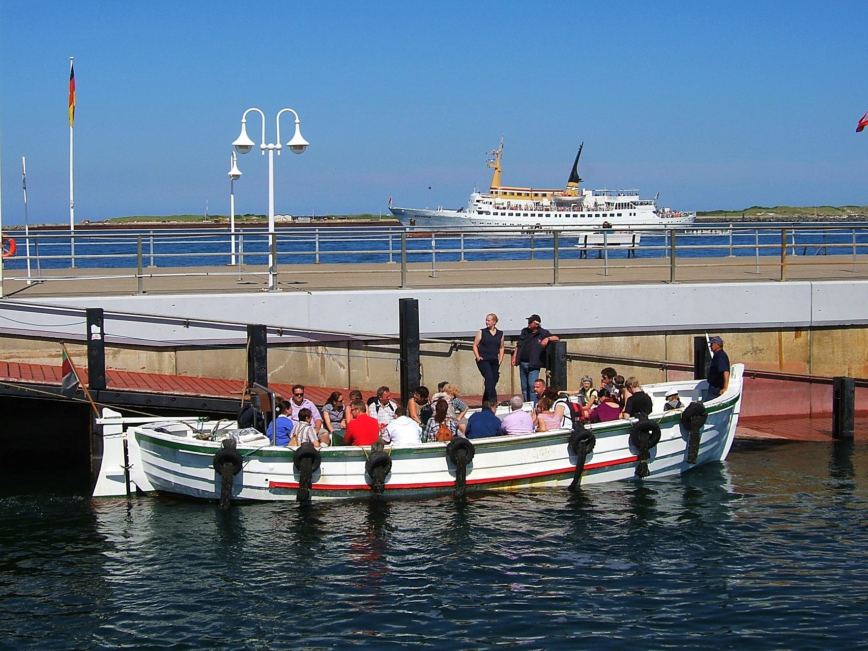 Ausbooten von Gästen auf der Hochseeinsel Helgoland