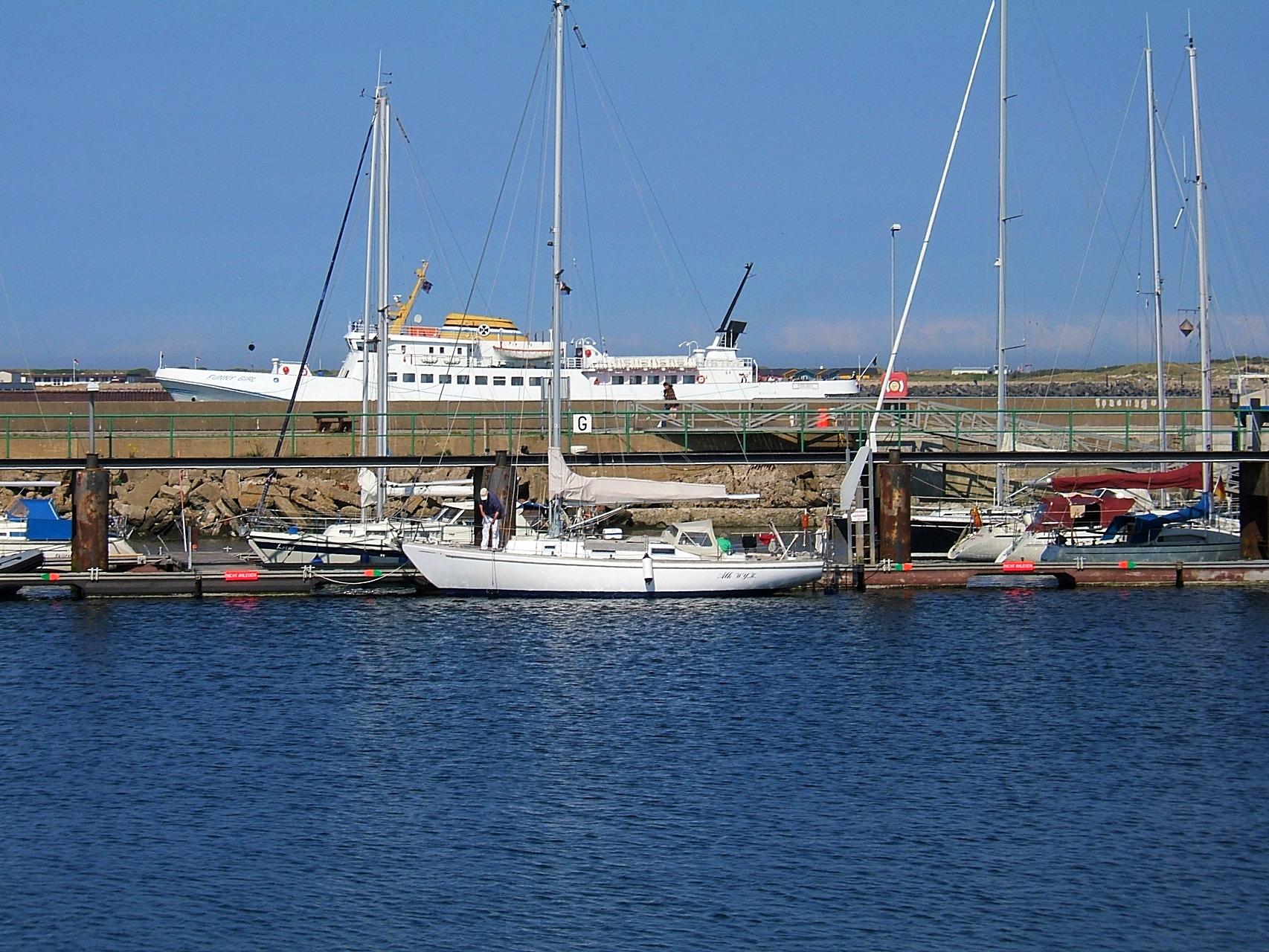 Yachthafen mit Blick auf die Reede von Helgoland