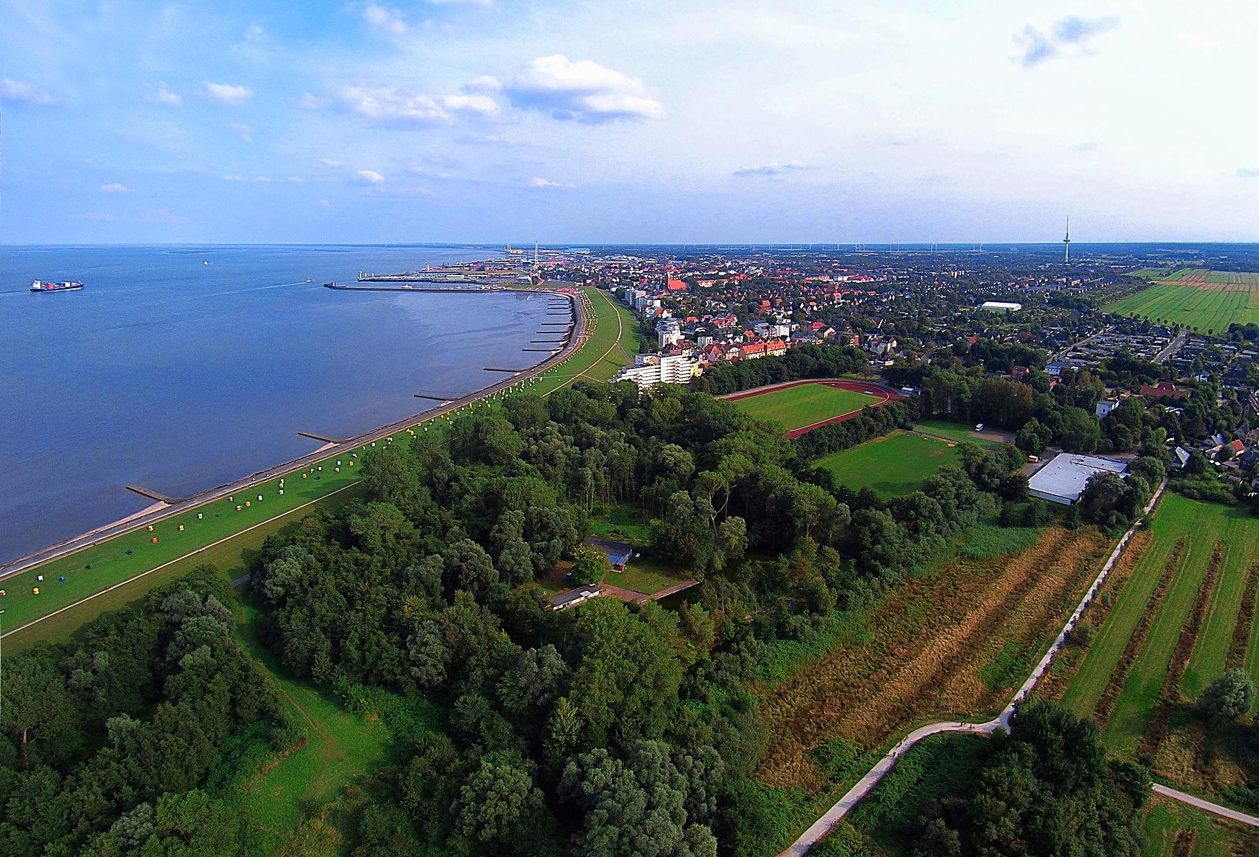 Luftbild von der Bucht im Kurteil Grimmershörn. Die Luftaufnahme zeigt die Grimmershörnbucht und verläuft von dem Fährhafen Cuxhaven bis zu der Kugelbake