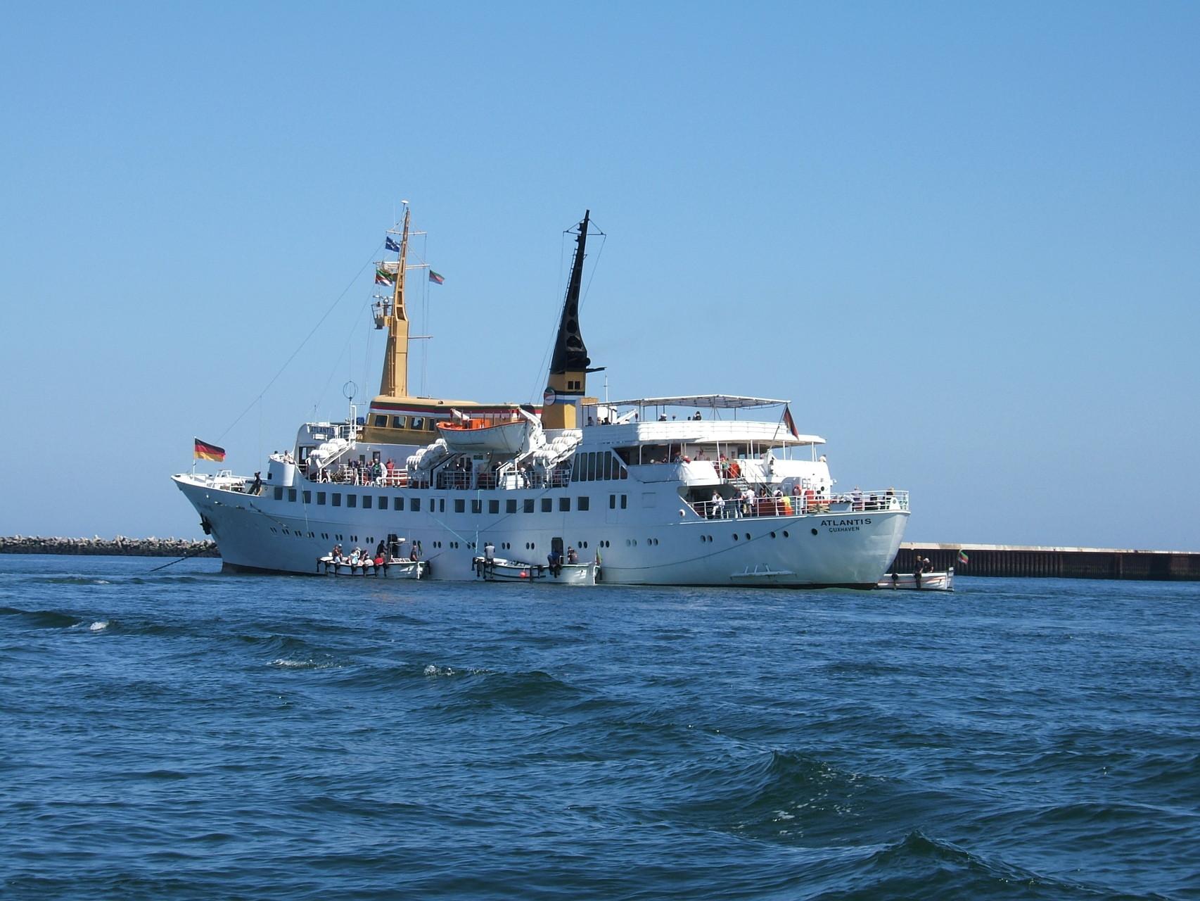 Das ehemalige Seebäderschiff MS Atlantis der Reederei Cassen Eils auf der Reede von Helgoland