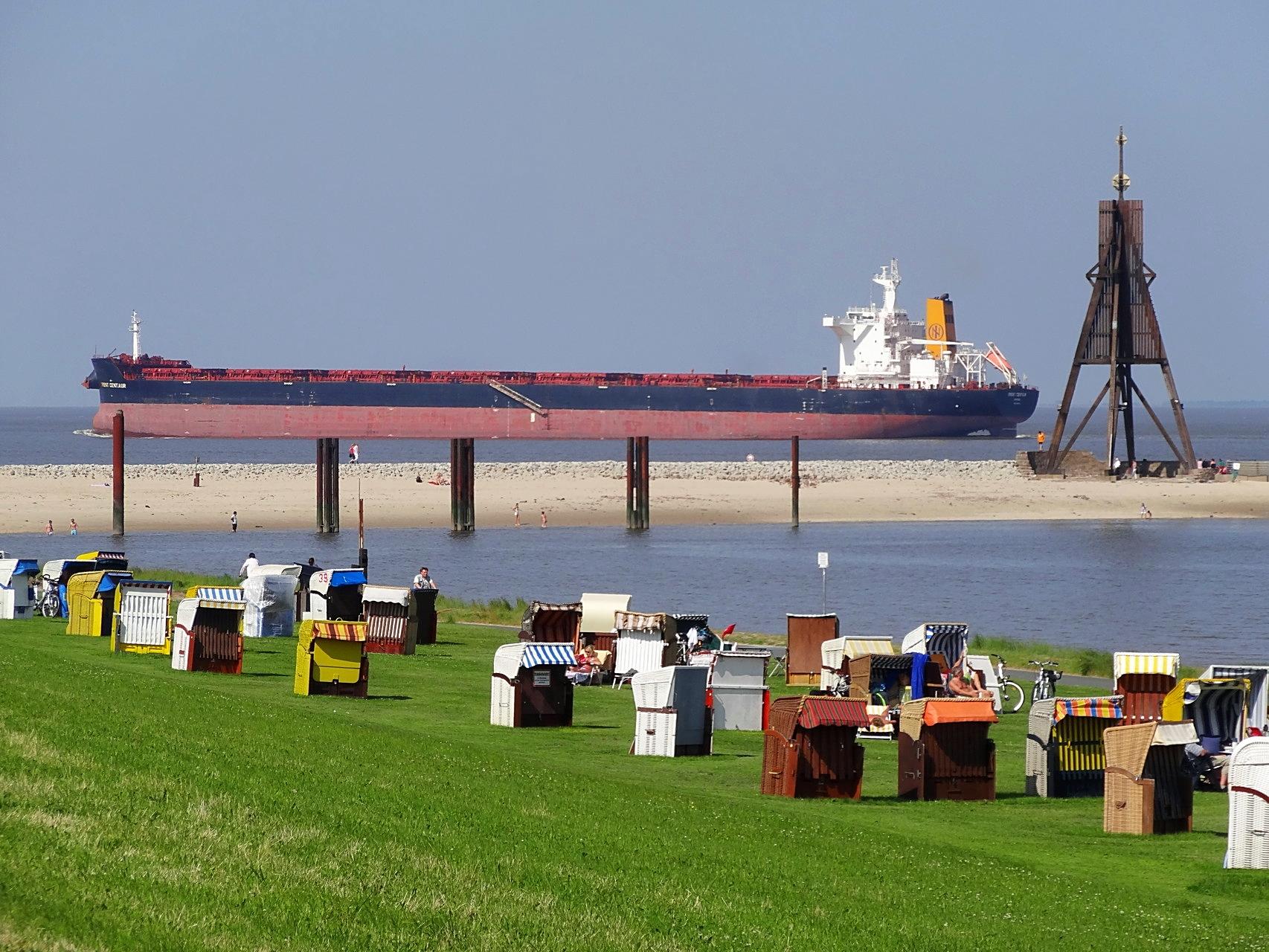 Schiffe in der Nordsee vor dem Kurteil Grimmershörn von Cuxhaven