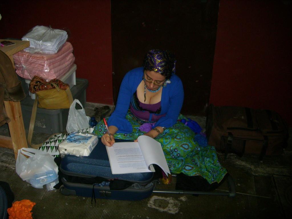 Un clásico: Amina corrigiendo exámenes