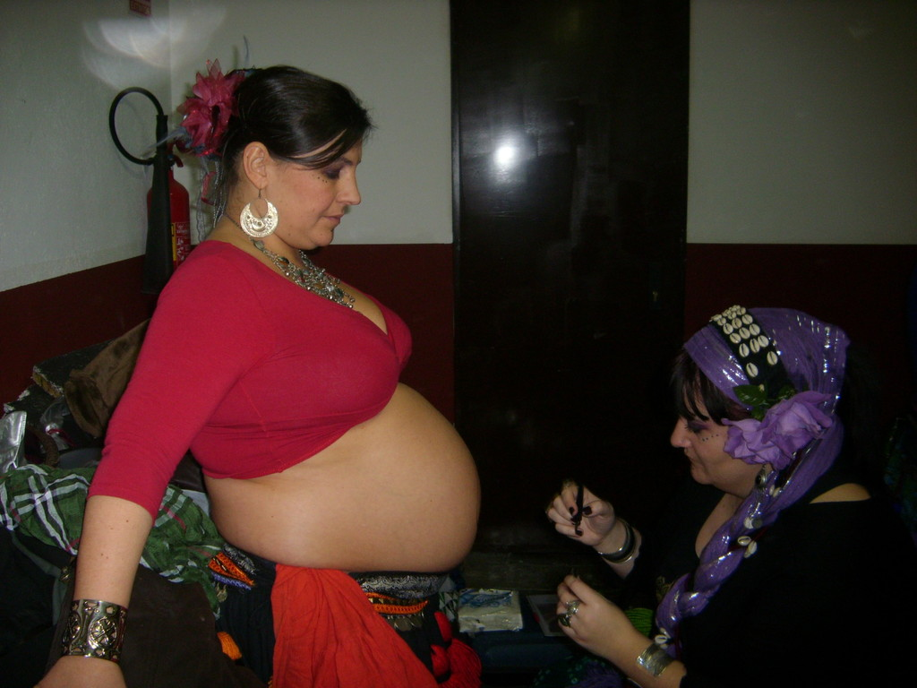 Tatuando la barriga de Zaib