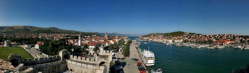 Trogir (HR), Blick über die Altstadt und Hafen