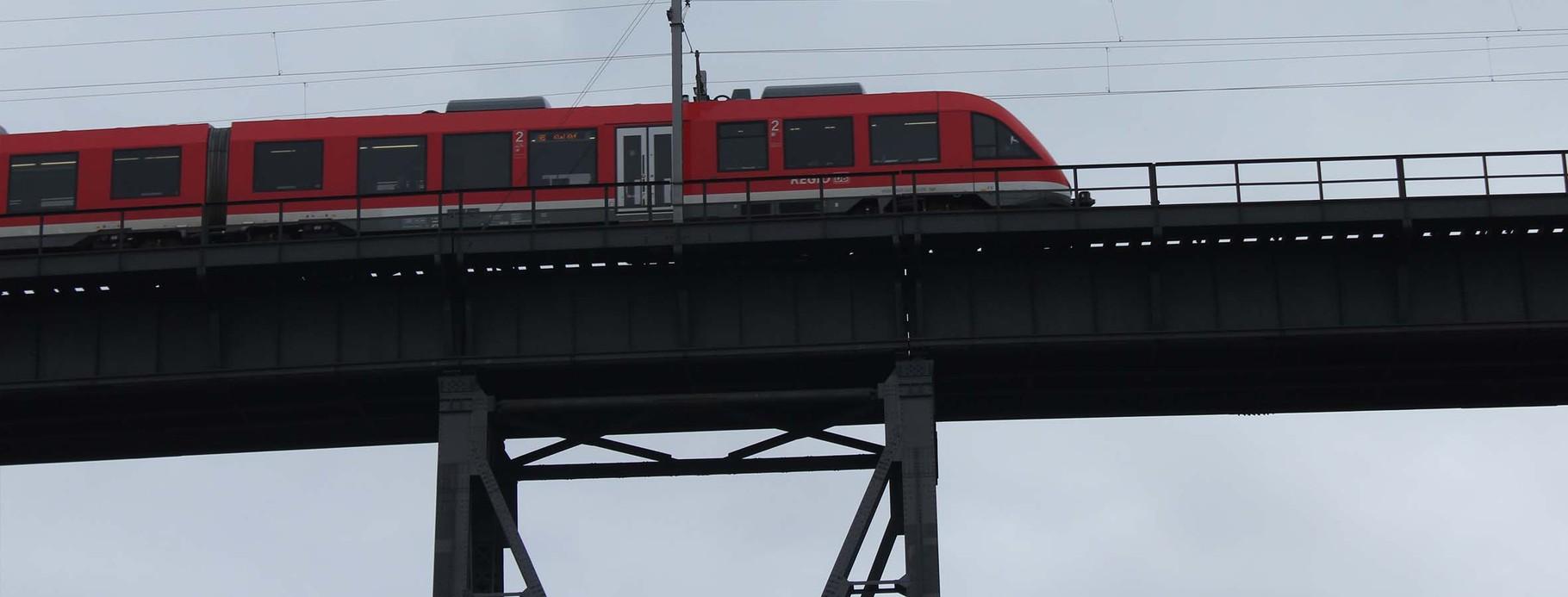 Die Story: Auf der Hochbrücke werden zwei Züge aufeinanderstoßen