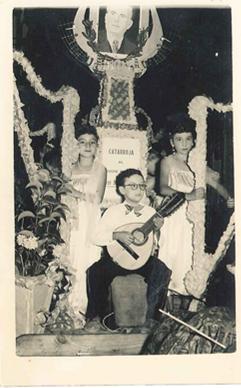 Tocando la bandurria con siete años, en la carroza que homenajeaba al Maestro Izquierdo