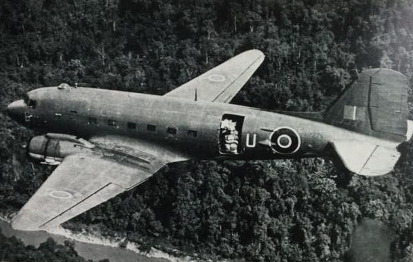 Dakota (RAF) preparing for a drop  -  Vorbereitung eines Luftabwurfs