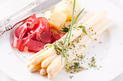 Spargel, Schinken und Kartoffeln bei Gicht