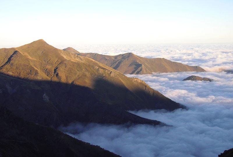 Mer de nuage, vue sur le Pic de l'Har et les sommets de l'Izard