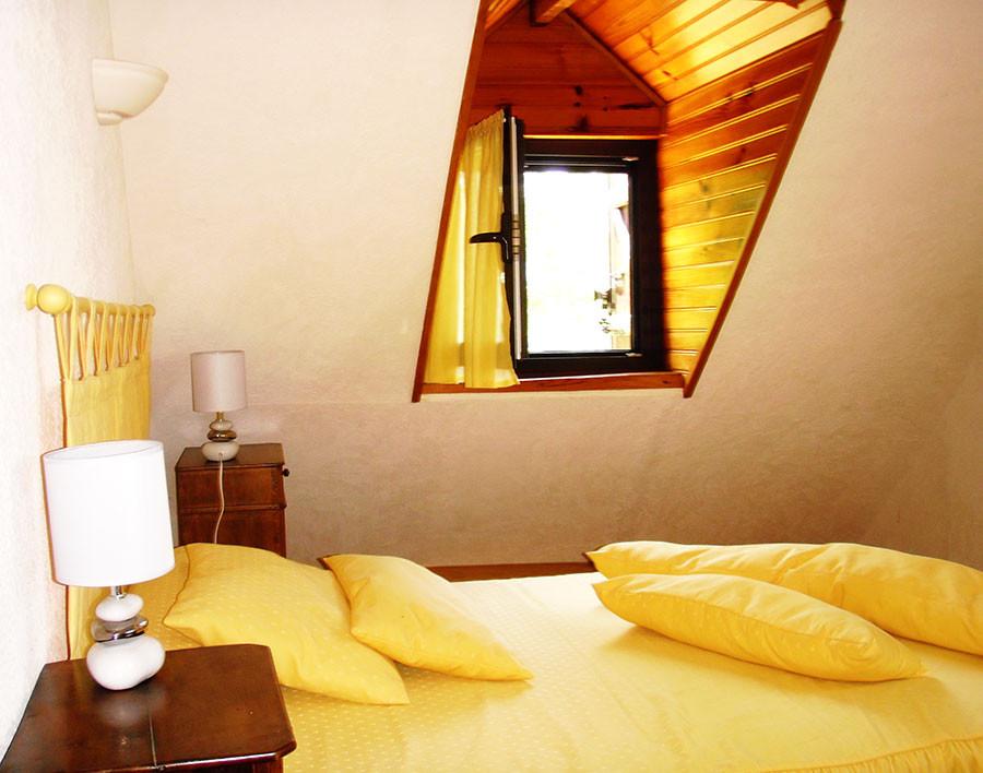 En mansarde, la chambre jaune