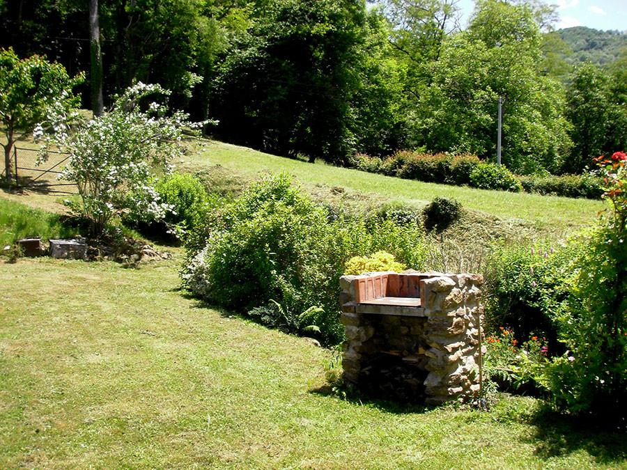 Au fond du jardin, la source s'écoule à l'arrière de Barbecue