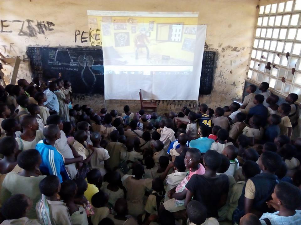 Projection dans une classe au Togo