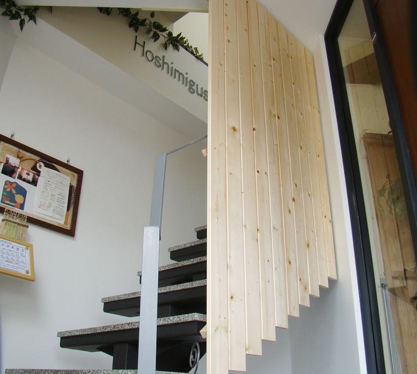 入り口から階段を上って頂きます。