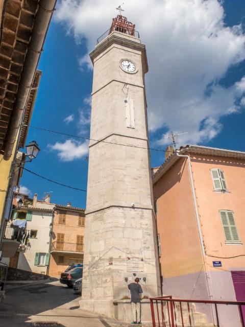 La tour-beffroi rénovée, surmontée d'un toit terrasse et d'un campanile. M. L