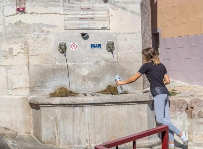L'eau de source jaillit à nouveau par les mascarons de la fontaine....