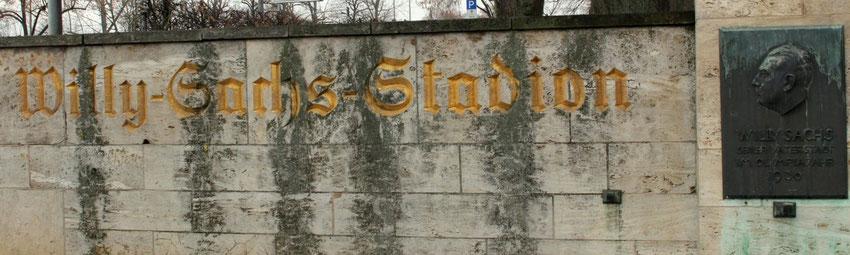 Der Schriftzug Willy-Sachs-Stadion vor dem Stadion in Schweinfurt.