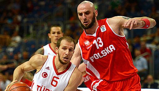 Zwei Basketballer im Zweikampf