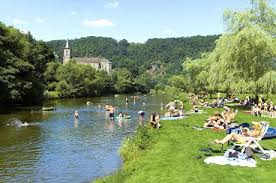 En été, nombreux sont les Liégeois qui s'adonnent à la baignade sur l'Ourthe