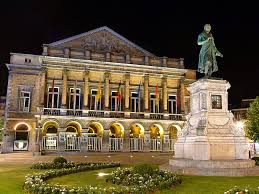 L'opéra de Liège, scène lyrique très fréquentée. La statue du musicien liégeois, André-Modeste Grétry
