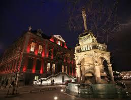 L'Hôtel de Ville, au Moyen-Age, lieu rival du pouvoir des Princes Evêques. Le Perron, symbole des Libertés liégeoises