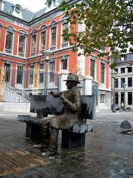 Derrière l'Hôtel de Ville et face à sa maison de naissance,  la statue de Simenon