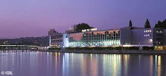 Le Palais des Congrès, architecture typée des années '70, valorise le fleuve autant que celui-ci le met en valeur