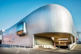 L'architecture ronde et fluide de la patinoire de Liège, métaphore d'un univers de glace, du Bureau L'Escaut Architectures