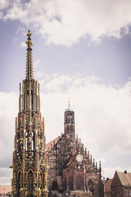 Nürnberg - Schöner Brunnen & Frauenkirche (Copyright Martin Schmidt, Fotograf für Schwarz-Weiß Fine-Art Architektur- und Landschaftsfotografie aus Nürnberg)