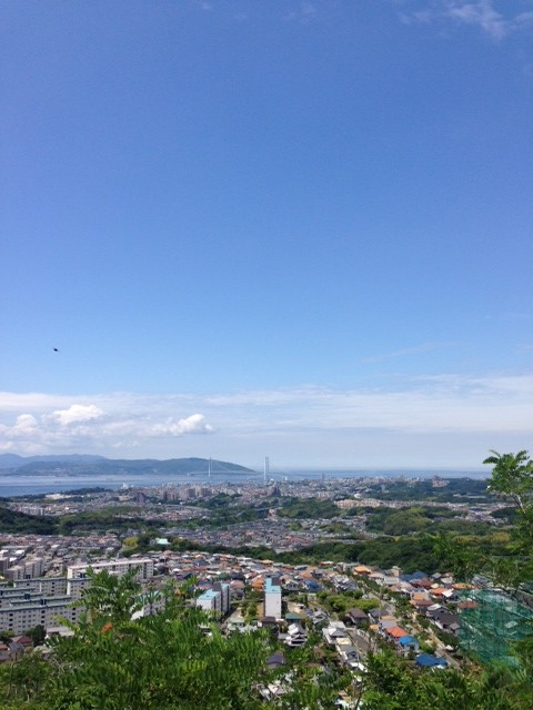 階段を登り終えて一息つき、パシャリ。なかなかの景色、高度です。空も綺麗。